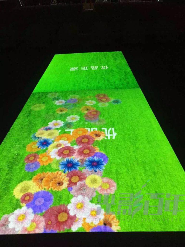 观众的形体动作通过感应设备,控制地面投影或墙面投影.