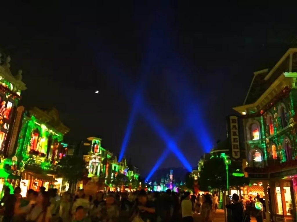 迪士尼乐园墙体灯光投影.webp